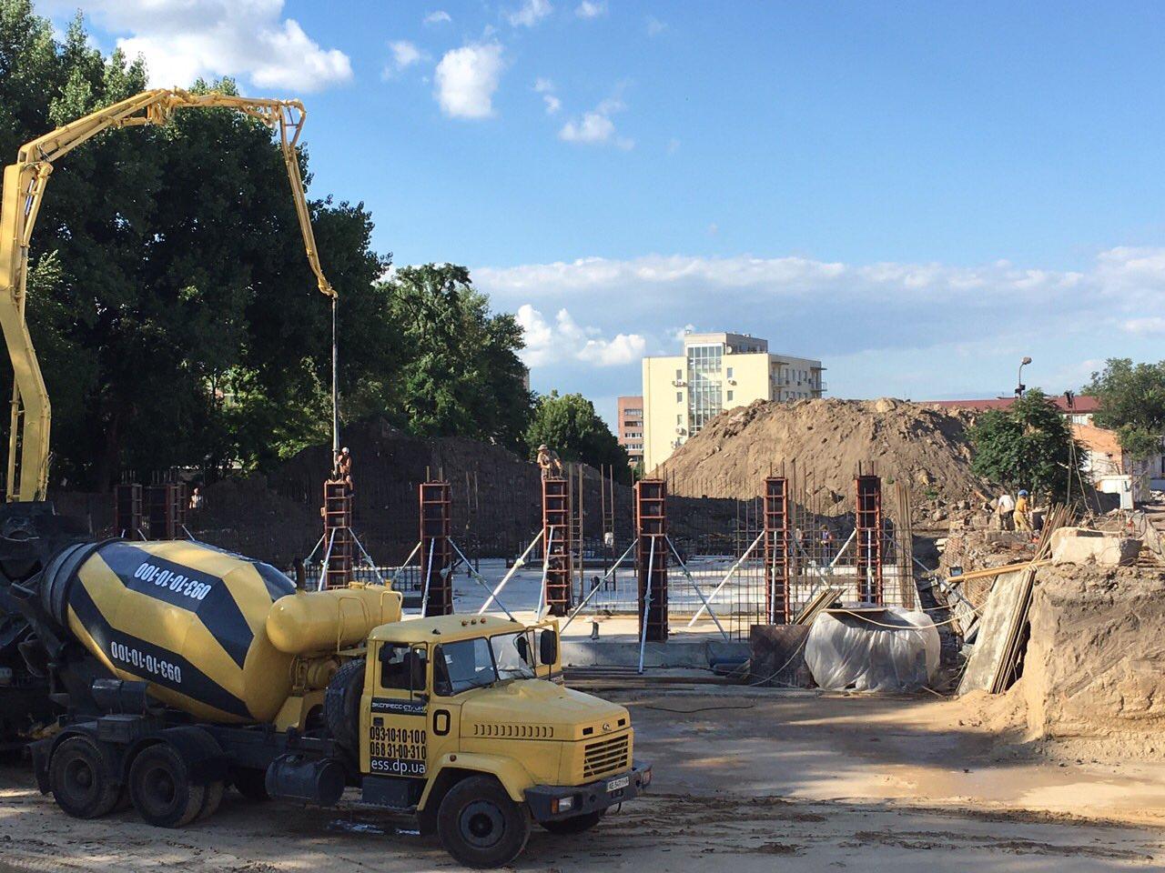 Квартиры Люкс: Полностью завершен фундамент секции №3, выводятся колонны подземного паркинга.
