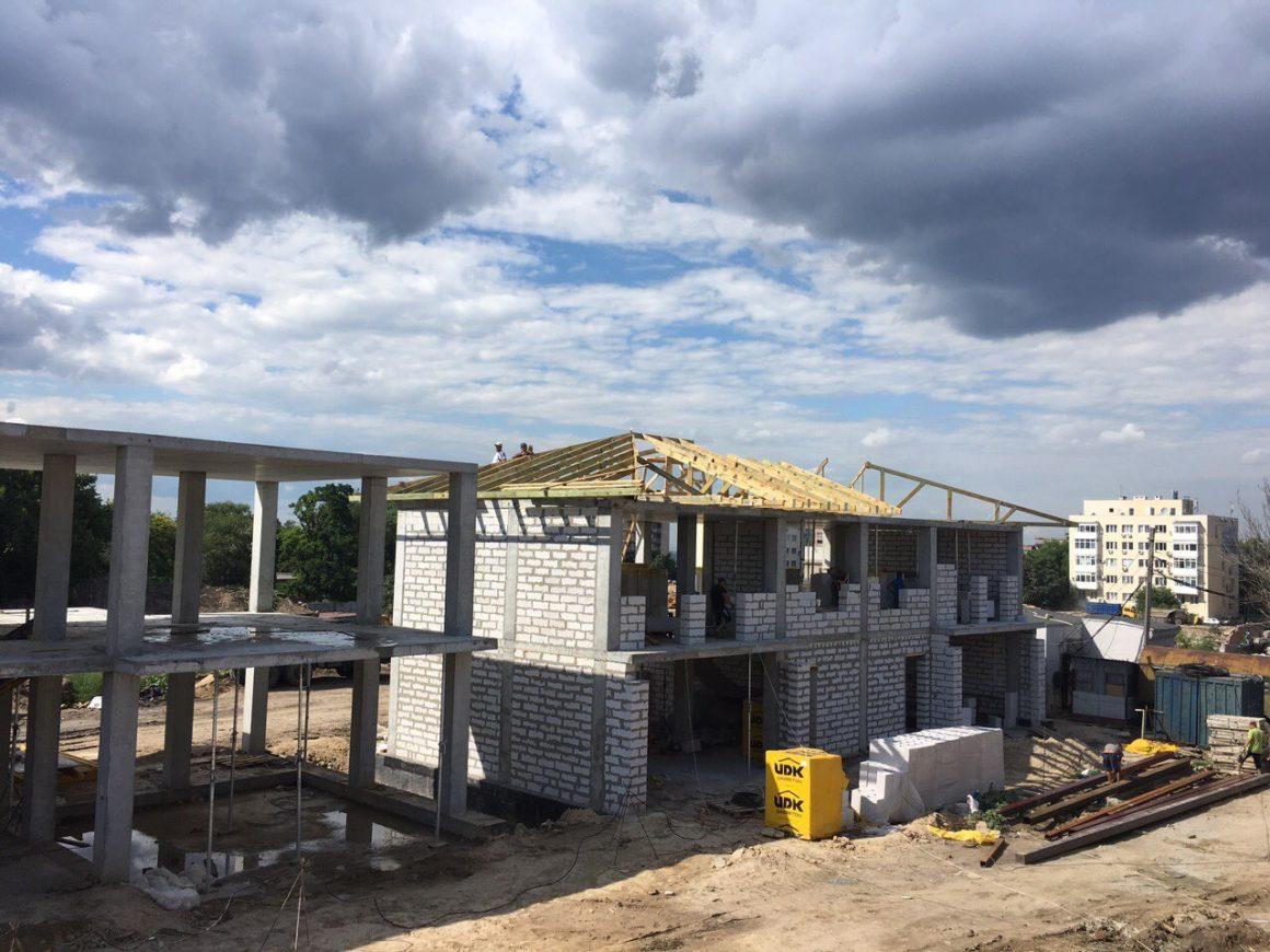 Таунхаусы: Производится заполнение стен газобетонными блоками, Ведутся подготовительные работы по укладке битумной черепицы