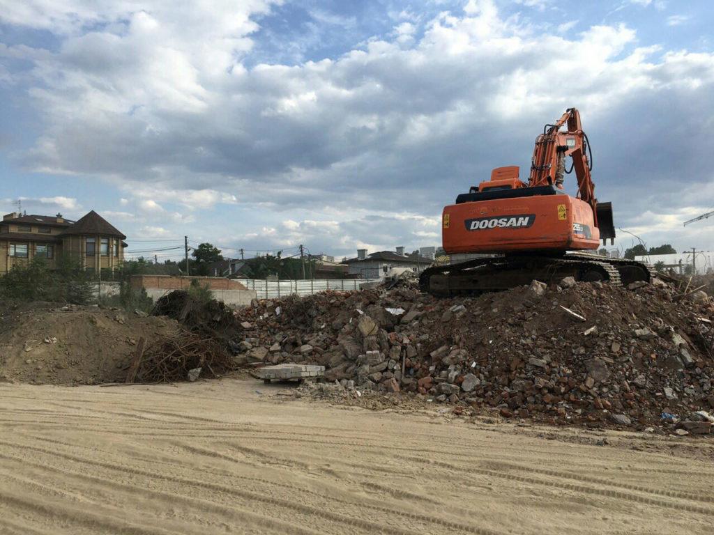 Заканчиваем разборку старых зданий. Расчистка мусора для укладки сетей, дорог, трансформаторной подстанции и будущих зданий.