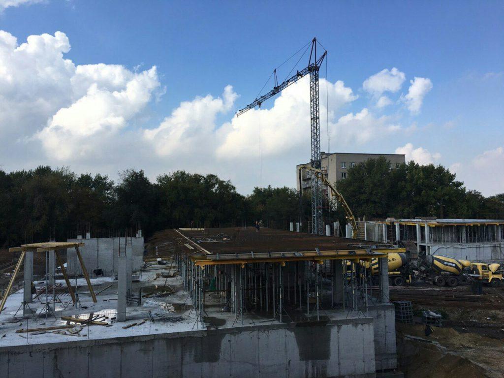 Заливаем бетоном плиту перекрытия первого этажа секции Люкс