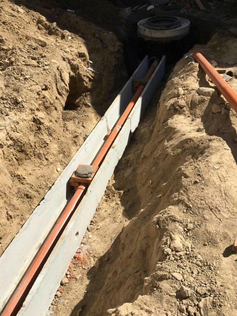 Подключаем дома к ливневой канализации и водопроводу.