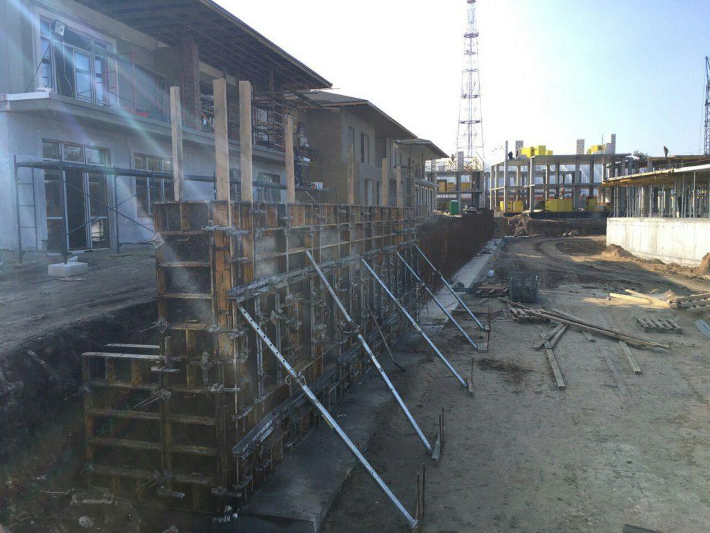 Начали строить подпорную стену между таунхаусами и секцией Люкс