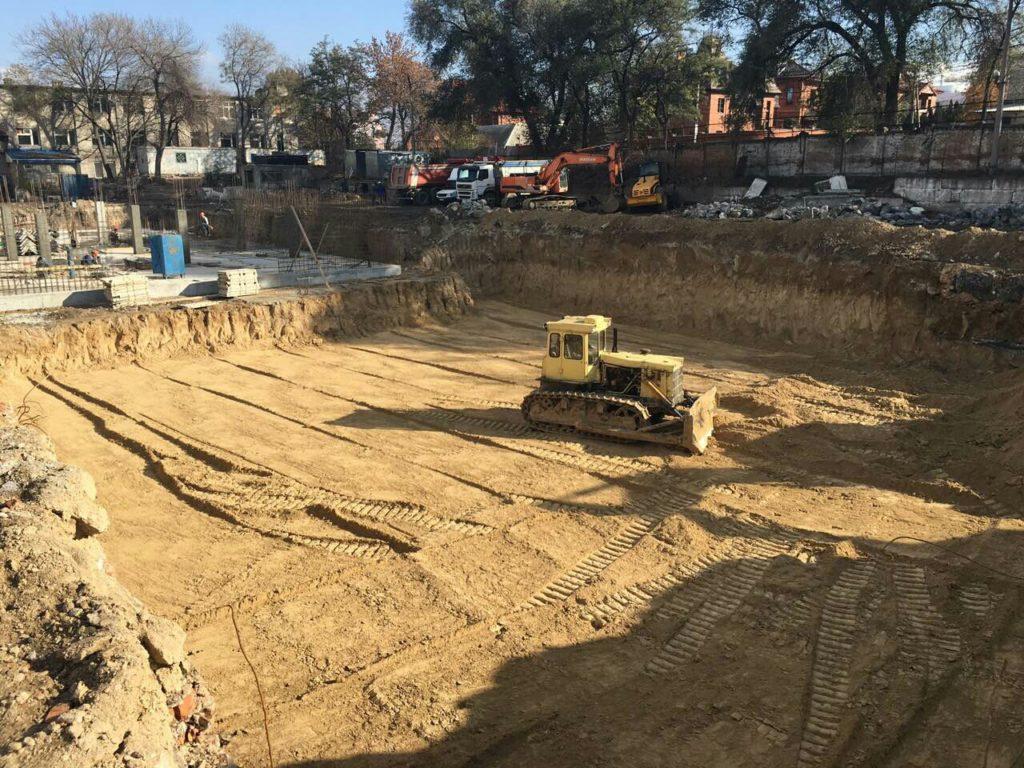 Демонтируем старые фундаменты в зоне бассейнов