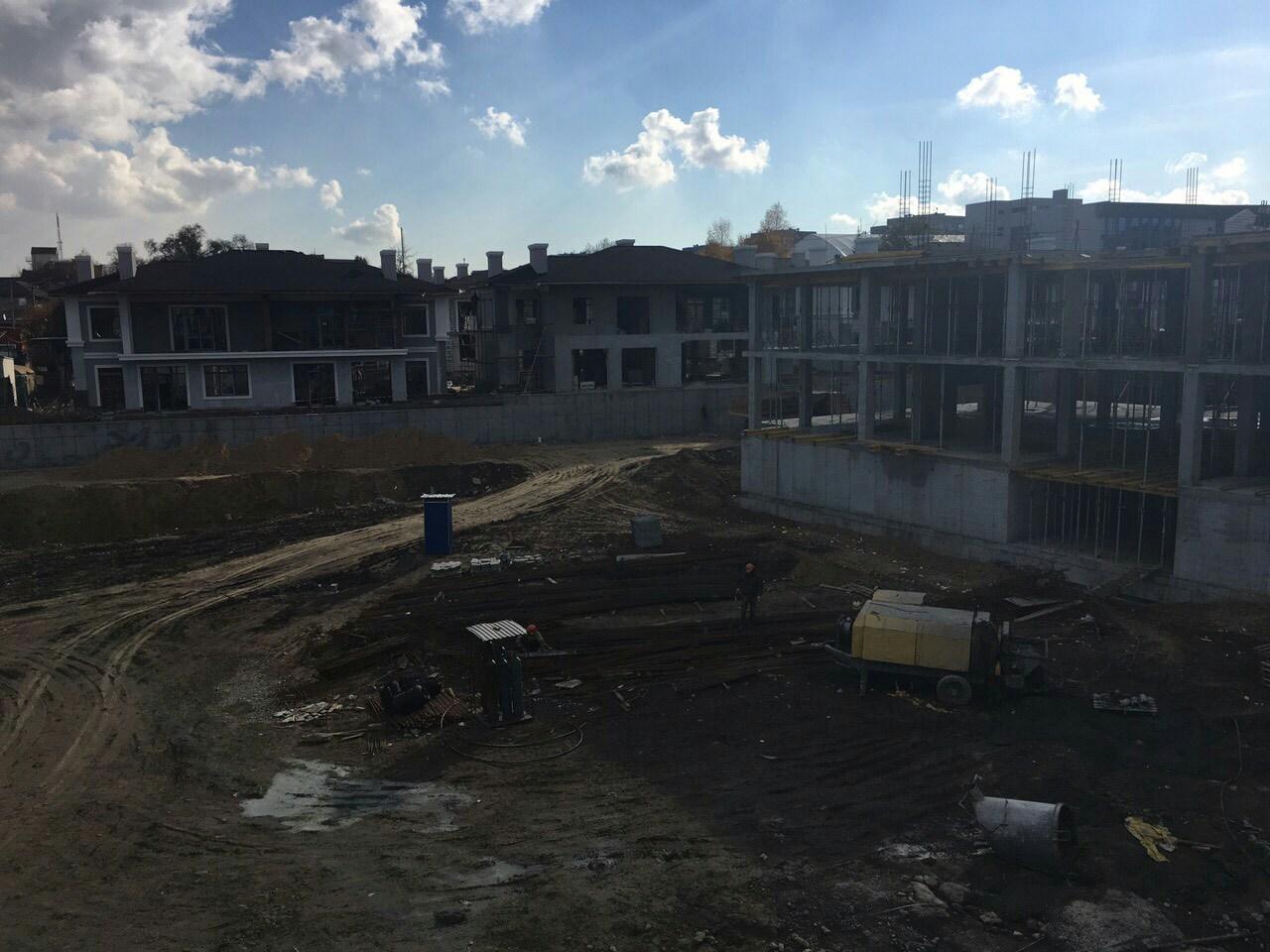 Вид из окон первого этажа секции  Люкс