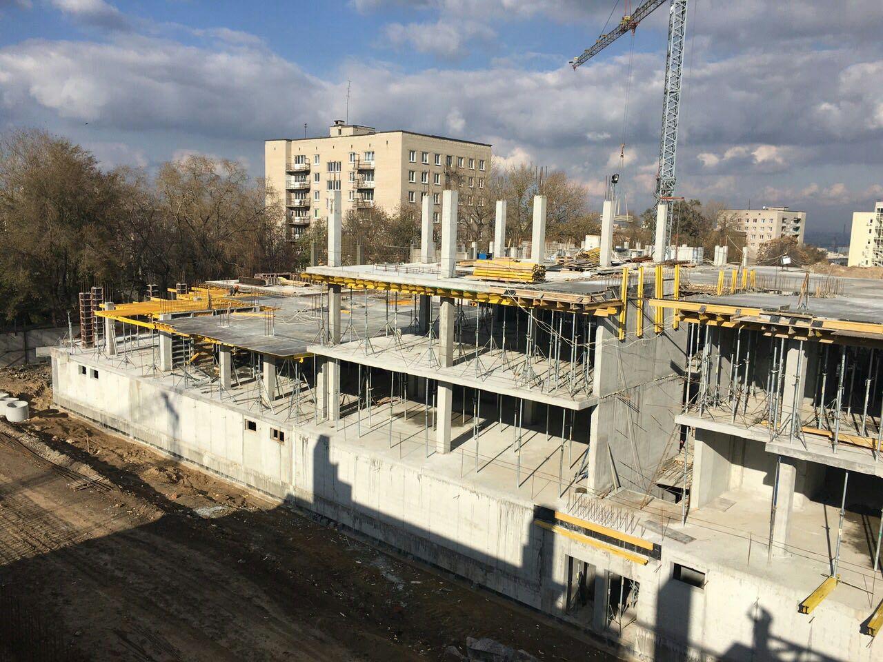 Выполнены паркинг, техэтаж, первый и второй этажи 1 секции Люкс