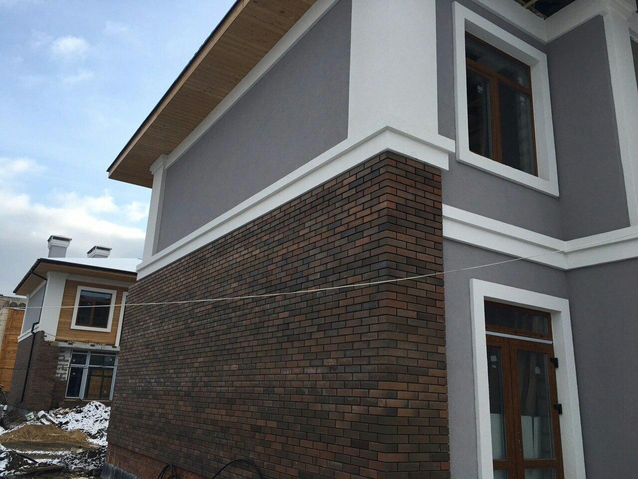 Еще один домик приоделся в фасад