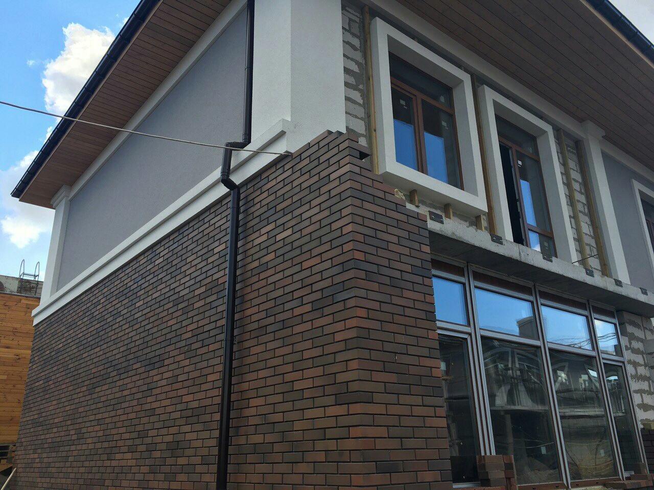Стена таунхауса облицована клинкерным кирпичем