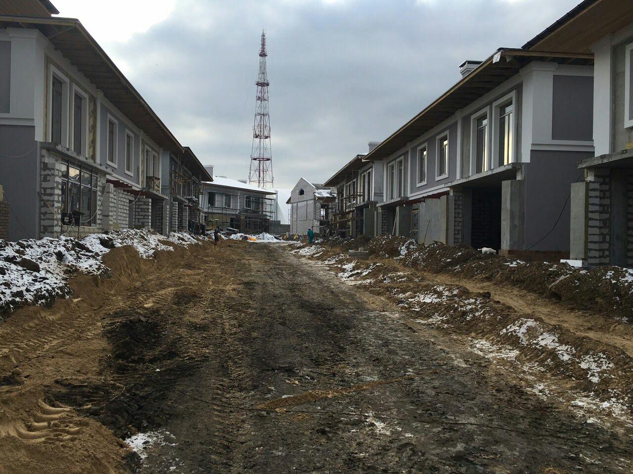Центральная улица. Дома подключены к постоянному энергоснабжению и слаботочным сетям (интернет и телевидение)
