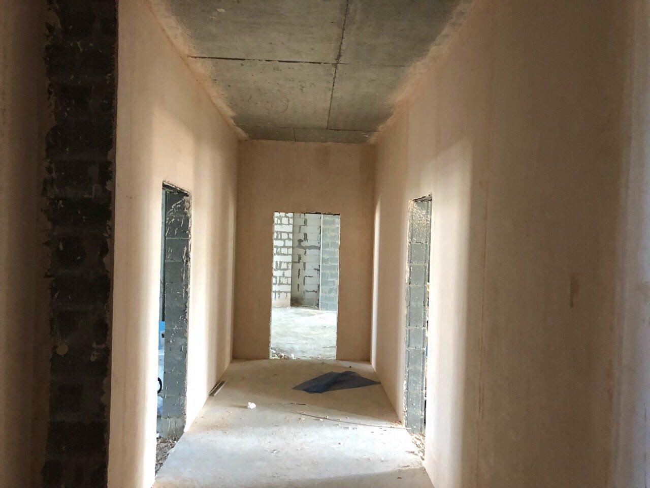 В 5 секции штукатурим стены на этажах и готовим холлы к чистовой отделке